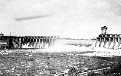 Правобережная часть плотины взорвана советскими войсками при отступлении