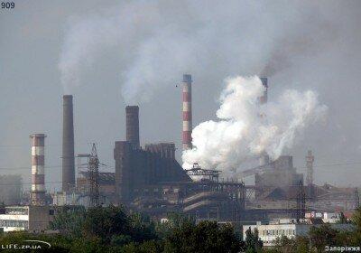 Вид на дымящие запорожские заводы