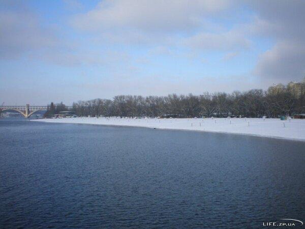 Вид на зимний Ждановский пляж