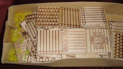 Внутри набор деревянных частей