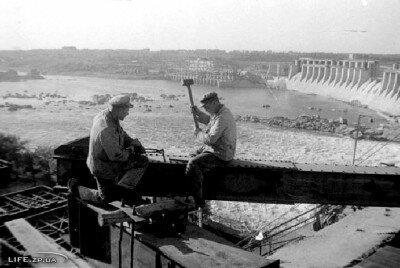 Вновь монтируемый виадук на ДнепроГЭСе, 1944 год