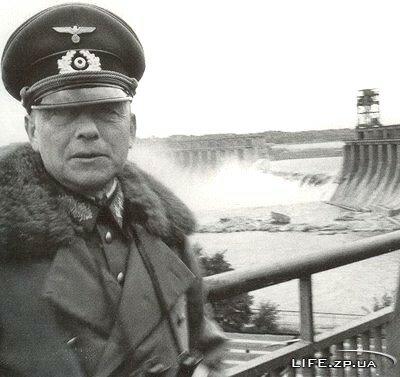 Пауль Людвиг Эвальд фон Клейст - командующий первой танковой армией на южном направлении на фоне взорванной, при отступлении, советскими войсками плотины Днепрогэса