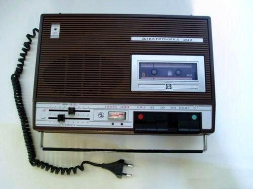 Кассетный портативный магнитофон