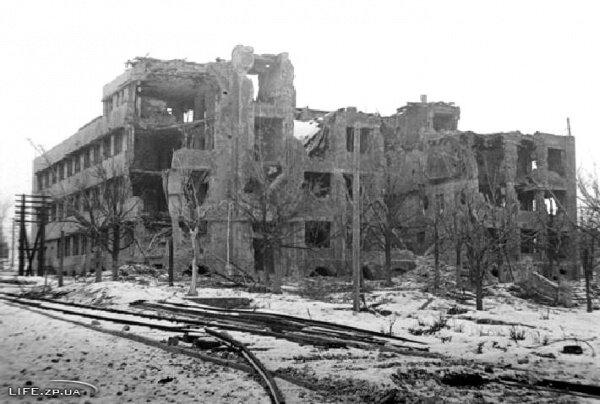 Разрушенное в результате боев здание управления ДнепроГЭСа