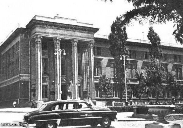 В 1962 году, в нем располагался Исполком областного совета депутатов трудящихся.