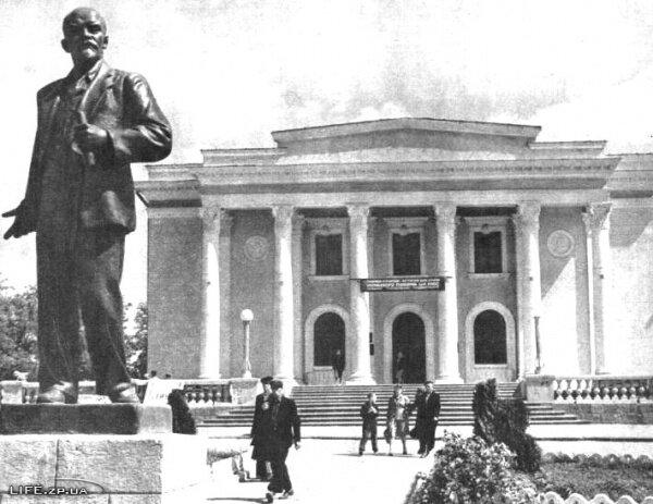 До настоящего времени памятник Владимиру Ильичу не дожил, а был убран, что интересно, еще в советское время.