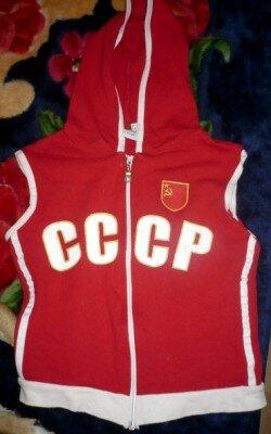 Красная жилетка в советском стиле