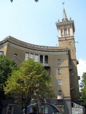 Дом, стилизованный под готическую башню, а построен в 1949 году.