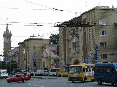 У перекрестка проспектов Ленина и Металлургов