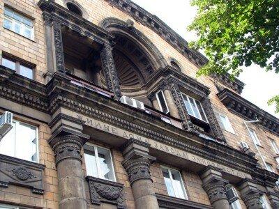 Красивое архитектурное здание возле «Украины»