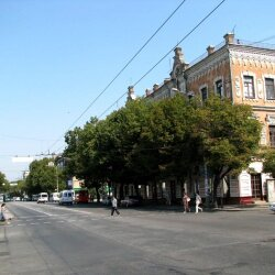 Дом расположен возле театра им. Магара (бывший им. Щорса)