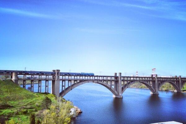 Электричка на четырех арочном мосту Преображенского