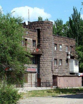Общежития выглядят как крепости