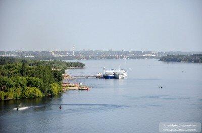 Вид на город, пляж, пристань и Днепр с моста Преображенского