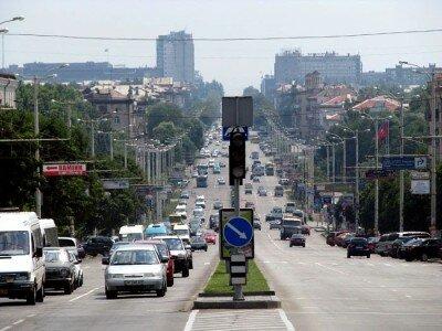 Сквозь ворота - перспектива улицы Ленина