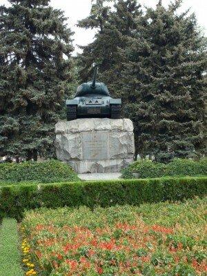 Памятник героям-танкистам освободителям города на площади Советской.