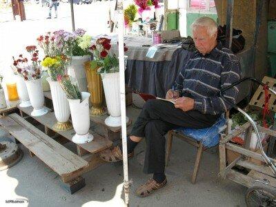 Торговец цветами на рынке «Александровский»