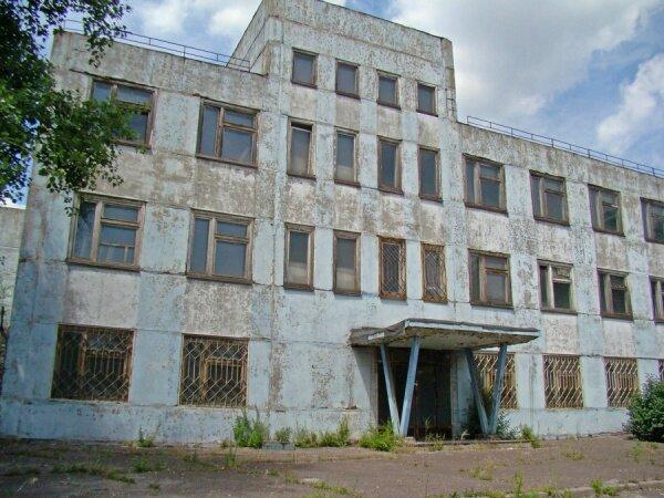 Внутри здание пустое, но территория охраняется