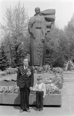 Ветеран с ребенком у мемориала