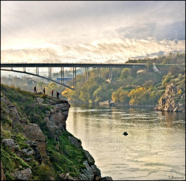 Портрет арочного моста на закате осенью