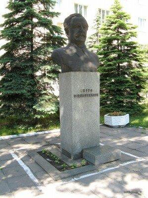 Бюст Серго Орджоникидзе возле райисполкома Орджоникидзевского района на улице Седова