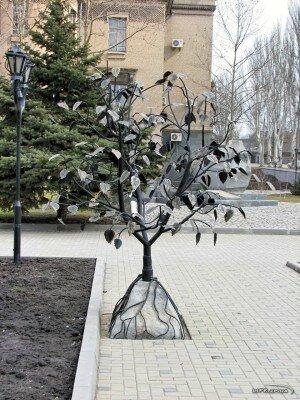Дерево желаний установлено возле спорткомплекса