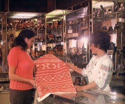 Отдел сувениров и подарков в доме одежды
