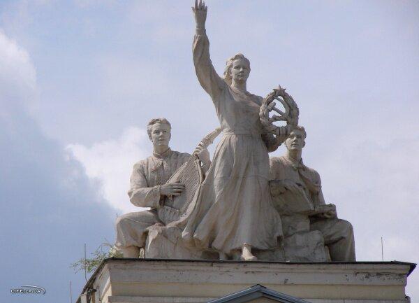 Скульптурная композиция на театре Магара (бывший театр Щорса)