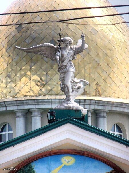 Скульптурное изображение на Андреевском кафедральном соборе