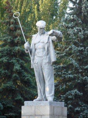Сталевар на проспекте Металлургов