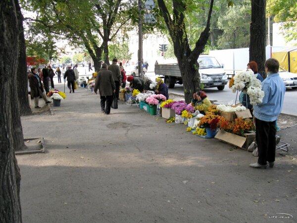 Перекресток Сталеваров и 40 лет Советской Украины, возле Крытого рынка