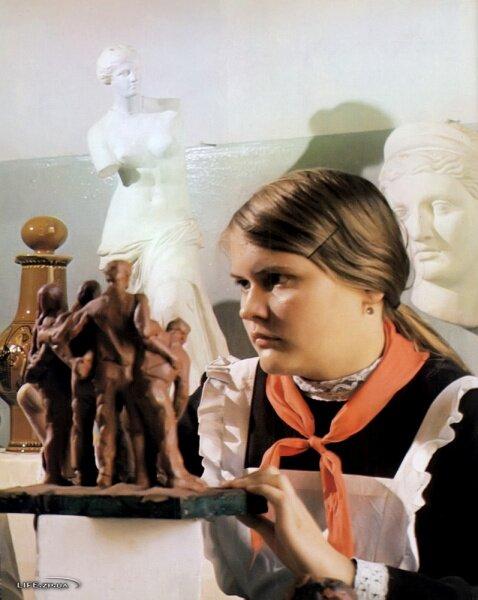 В детской художественной школе, в заводских Домах культуры, городском Дворце пионеров под руководством внимательных педагогов учатся юные художники и скульпторы.