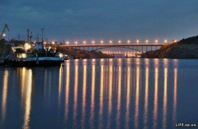 Арочный мост ночью