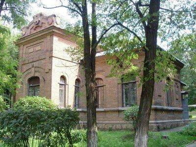 Здание детской железнодорожной поликлиники по ул. Железнодорожная 1