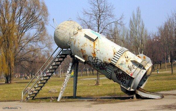Около 40-ка лет радует детей эта горка, но уже и редкий родитель, к сожалению, узнаёт в нём корабль Гагарина.