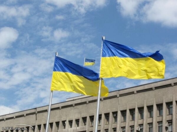Флаг Украины возле облгосадминистрации
