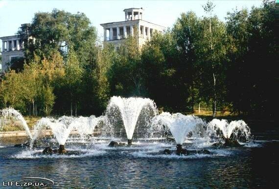 Фонтаны в парке возле ДнепроГЭС