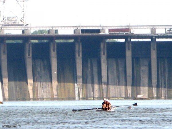 Гребцы на фоне плотины ДнепроГЭС