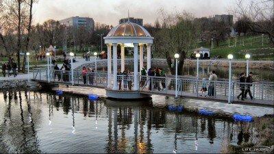 Мост влюблённых в парке на набережной