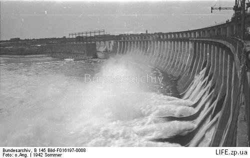 Фотография сделанная летом 1942 года, после окончания работ по восстановлению взорванной советскими войсками плотины немцами.