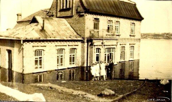 Кравец Изабелла Леопольдовна (на фото справа, рядом с мужем), май 1931 года, село Кичкас (Днепрострой).