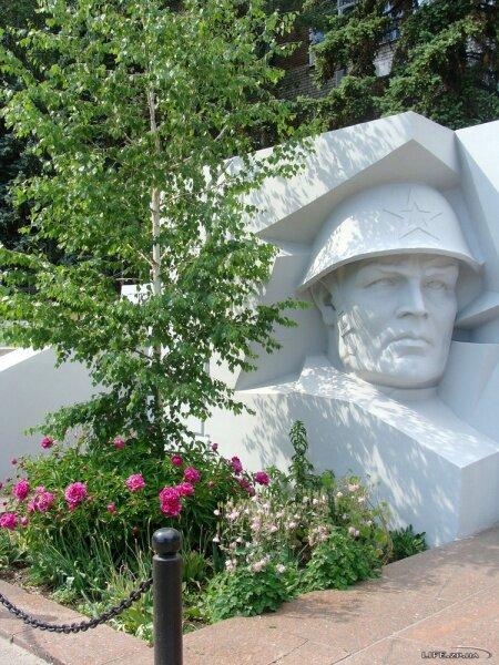 Памятник погибшим работникам завода в Великую Отечественную войну