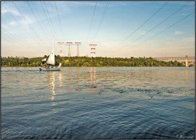 Яхта на фоне ЛЭП