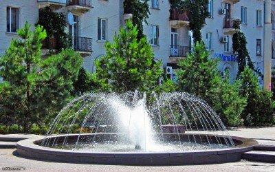 Летний фонтан на площади Поляка