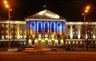 Здание горисполкома ночью