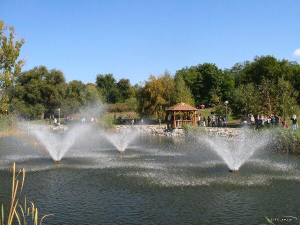 Фонтаны в парке на набережной в день города. 2011 год.