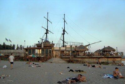 Как Вам ждановский пляж в районе ресторана «Весёлый Роджер»?