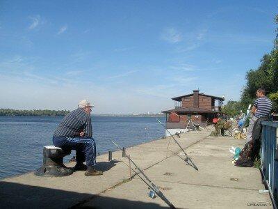 Рыбачим на причале