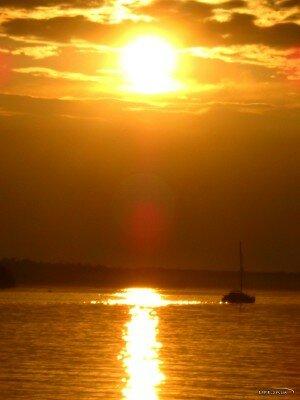 Фото сделано в августе 2011 года с речного порта Дубовой рощи. Яхта тонит в золоте заката. Открывается замечательный вид на засыпающую Хортицу.