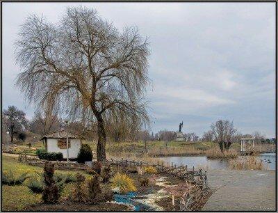 Через пруд построен мост к сердцу свекрови и тещи - место, куда обычно приезжают молодожены.